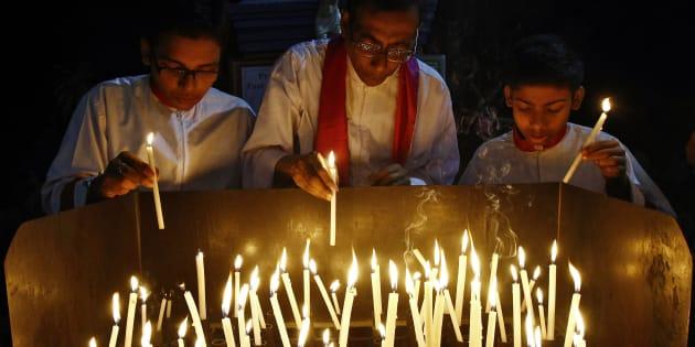 2015年に発生したコルカタでのレイプ事件で犠牲者を追悼するために開かれた式典
