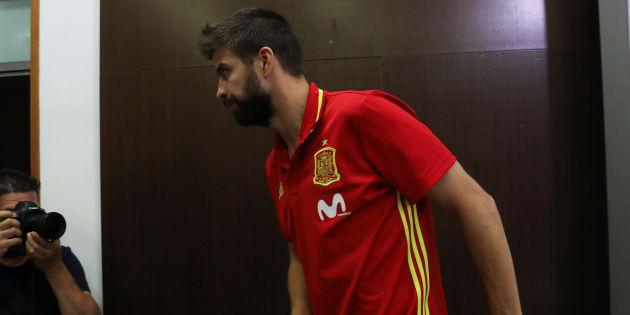 Gerard Piqué, abandonando ayer su rueda de prensa en Las Rozas (Madrid).