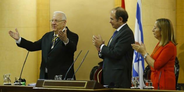 El presidente de Israel, Reuvén Rivlin, con la presidente del Congreso, Ana Pastor, y el presidente de Senado, Pío García Escudero, tras su intervención hoy en la reunión festejada en la Cámara Alta.