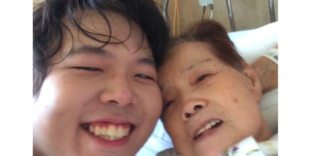 病院のベッドで。祖母と一緒に撮った、最期の写真となった。