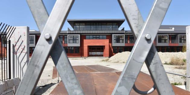 森友学園が建設を進めていた小学校の建物。計画は頓挫し、正面入口はフェンスで閉ざされている=大阪府豊中市