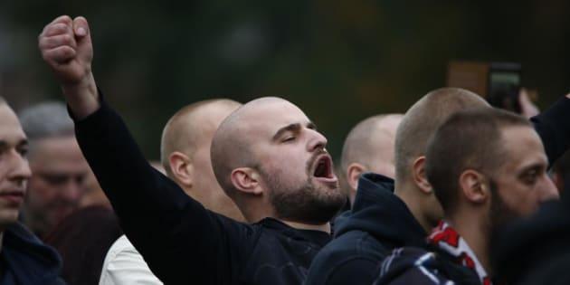 Un ultraderechista alemán, durante una funciona neonazi convocada en Colonia en octubre de 2015.