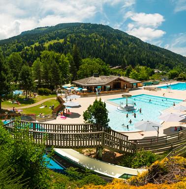 La piscine du Chinaillon - Grand Bornand avec vue sur les montagnes