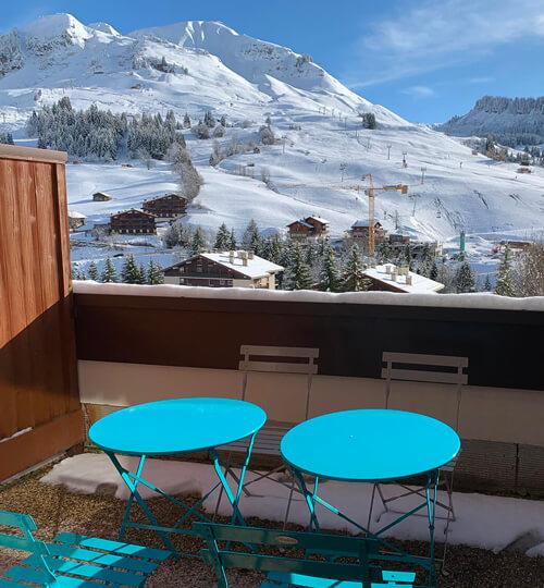 La terrasse du Kodiac avec vue sur les montagnes et le domaine skiable