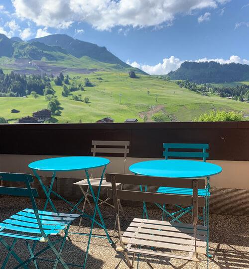 La terrasse du Kodiac en été avec vue sur les montagnes