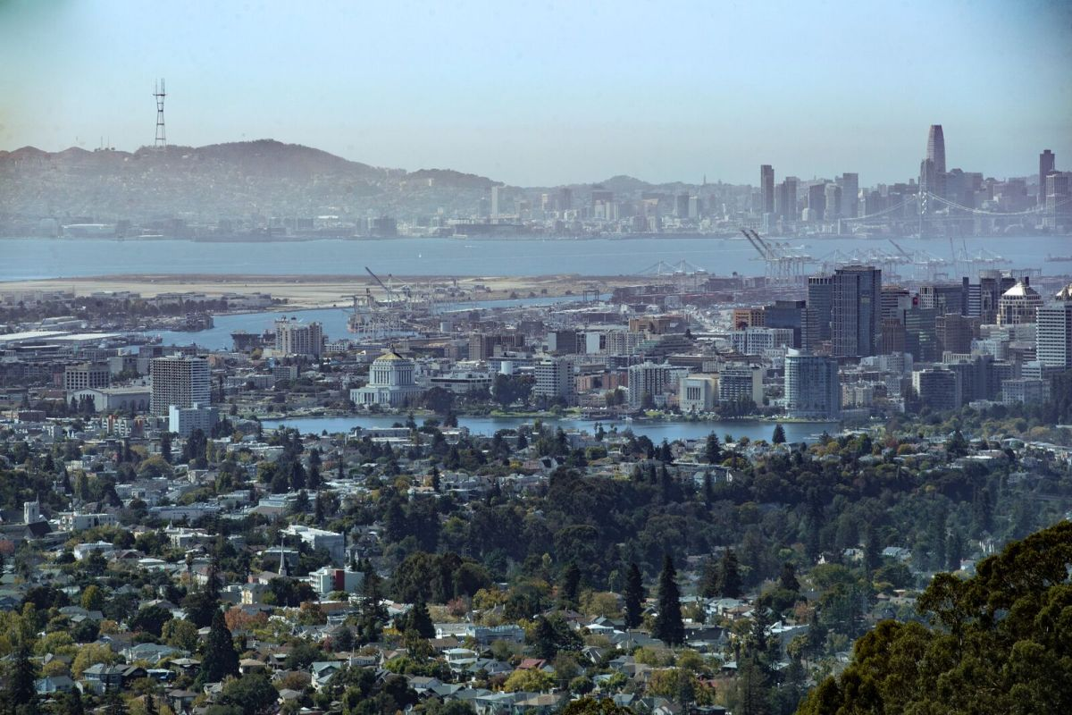 A view of Oakland (foreground) photographed from Joaquin Miller Park.