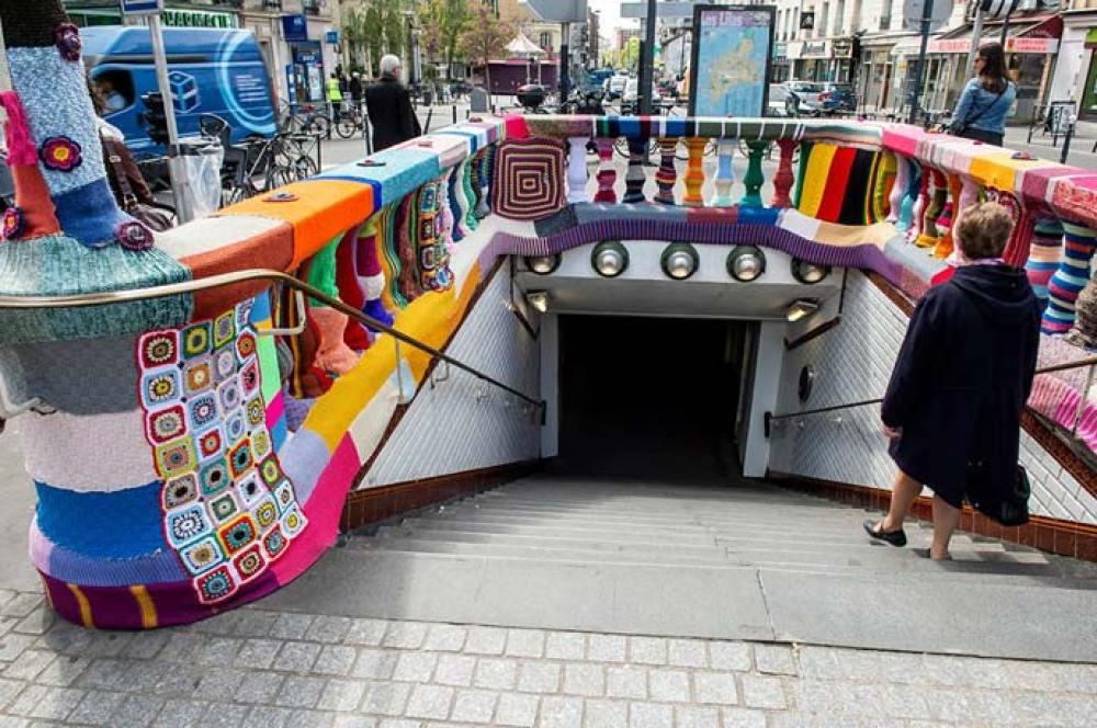 yarn bombing sur une station de metro parisienne