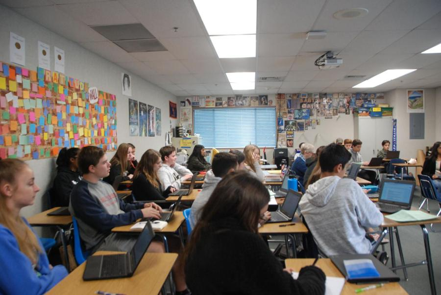 Sophmores+in+Jan+Willis%27s+10th+grade+honors+English+class+listen+during+a+Socratic+seminar.+If+the+proposal+for+policy+change+passes%2C+class+of+2021+will+have+more+options+for+graduation+requirements.+