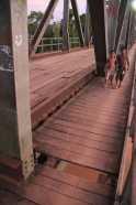 Tábuas da passarela estão faltando e colocam vídas em risco - Foto: Alexandre Lima