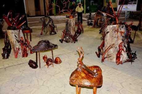 A mostra reúne peças esculpidas em madeira. São troncos e raízes coletadas pelo artista durante oito anos e transformadas em obras de arte.