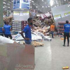 Prateleiras desabam e atingem clientes e funcionários de supermercado em São Luís (MA) — Foto: Divulgação/Redes sociais