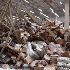 Após desabamento de prateleiras, produtos ficam amontoados em supermercado de São Luís