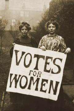 As-lideres-do-WSPU-Annie-Kenney-e-Christabel-Pankhurst-c.-1908.-Fonte-Wikimedia-commons.