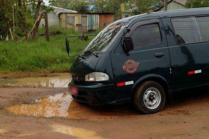 Van ficou presa em buraco na manhã de segunda / Foto: Matheus Dutra / Especial / OA