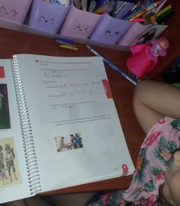 A rotina de famílias com os filhos estudando em casa