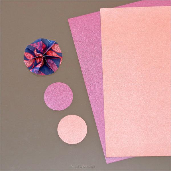 une deco murale de rosaces en papier