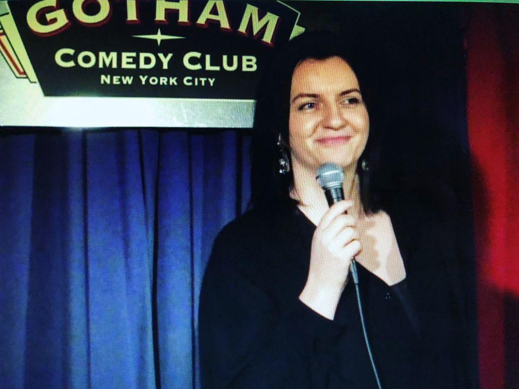 """#altnivel. Andreea Georgescu face stand-up comedy la New York: """"90% dintre glumele mele sunt din experiență personală"""""""