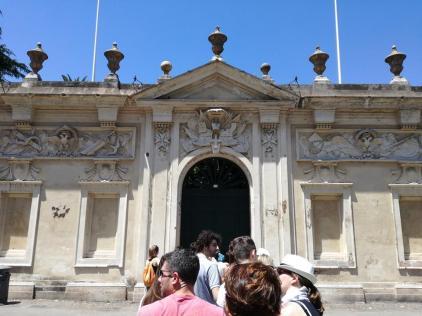 Coadă la poarta cu vedere spre Vatican