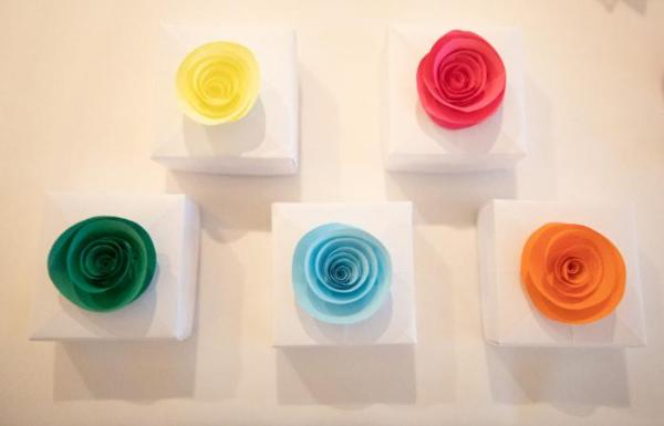 Wedding-Favours-Paper-Roses-Multicoloured-Handmade-Origami-Boxes-Jeff-Oliver-Photography-Oast-House-Gifts