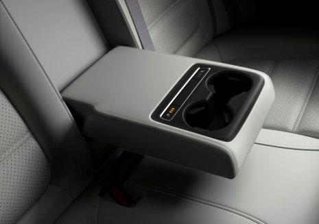 2017-Mazda6_Detail_Rear-Armrest-#14_lowres