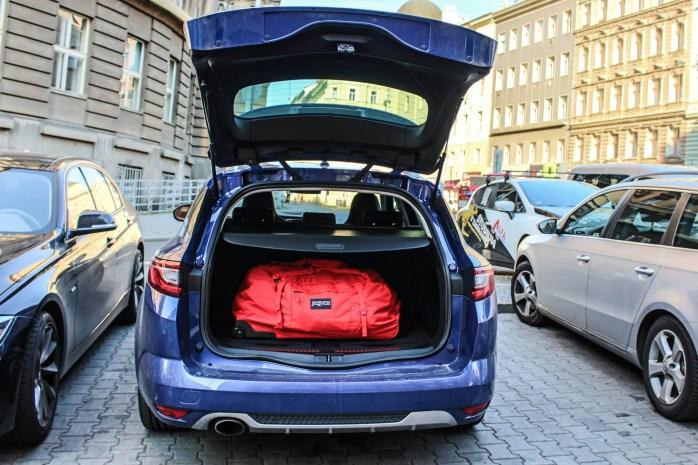 Bagażnik spokojnie mieścił dużą torbę podróżną ułożoną w poprzek