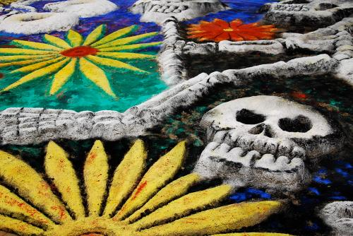Sand paintings, part of the tradition,  Muertos