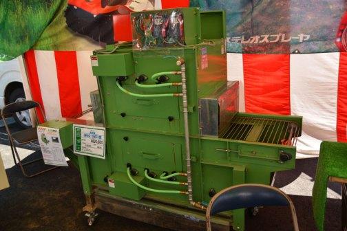 サシナミ 洗浄機 JW40-3M3U型 価格¥820,800 ○水圧式洗浄コンベア ○丁寧でムラのない仕上がり ○別途、高圧水用の動噴が必要です  何の洗浄なのかと思ったら、レンコン洗浄機だそうです。野菜ごとにあるんですね。