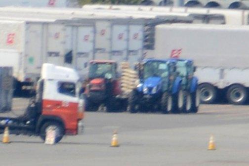 拡大すると近くにニューホランドのトラクター。その隣は・・・ ちょっとわかりません。