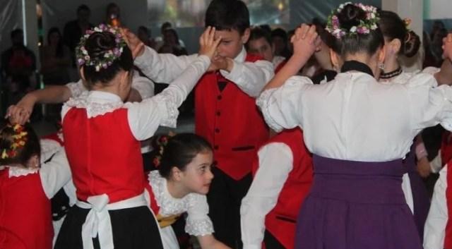 crianças dança típica