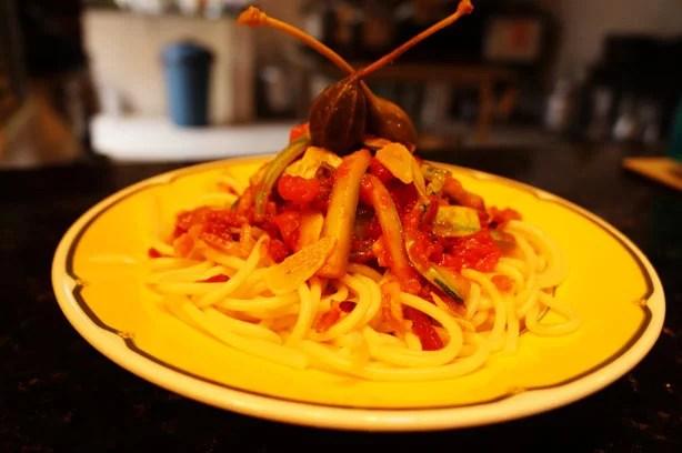 Espaguete com abobrinha e alcaparras