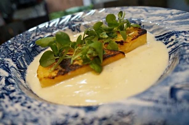 Polenta brustolada com molho de queijos 1