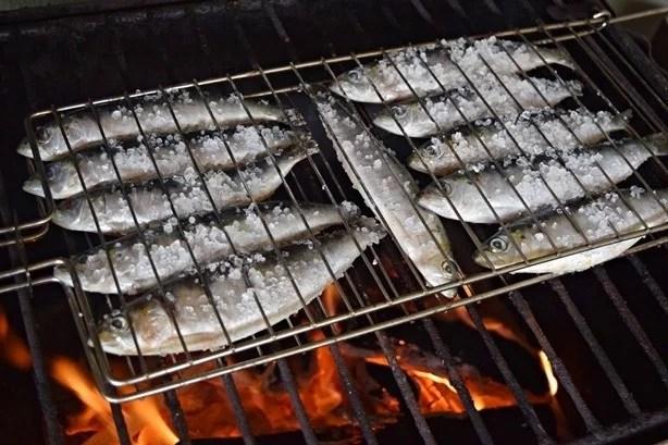 Quando o óleo da sardinha pinga, o fogo sobe e deve ser apagado