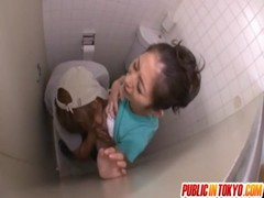 長谷川美紅がトイレでレイプされるおばさん動画