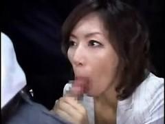 翔田千里が満員バスで逆痴漢してるおばさん動画