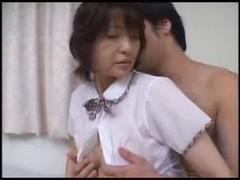 里中亜矢子が制服姿で淫行しているおばさんの動画