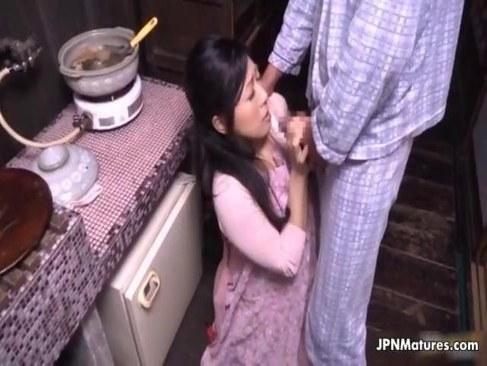 絶倫な旦那に朝から求められ台所でおまんこを突かれる四十路熟女妻の日活 無料yu-tyubu田舎
