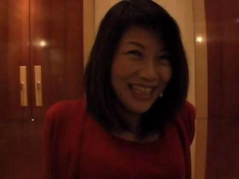 素人の美乳な熟女がナンパされてホテルでハメ撮りしちゃう素人熟女動画