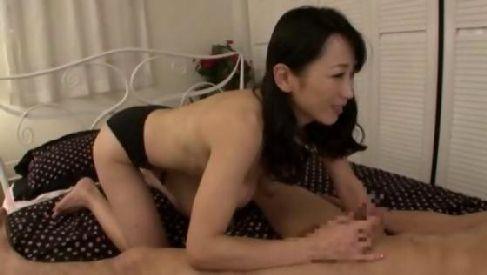 美人だけど垂れ乳な母が童貞息子に優しくセックスのやり方を教えながら激しく自分も感じちゃうzyukuzyob