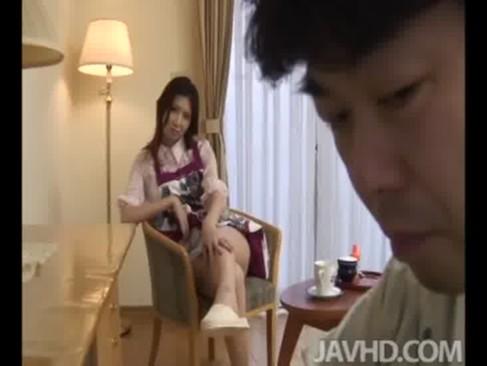 修理業者の前で堂々とオナニーを開始する貧乳美熟年女ひとずま!ローションを使っておまんこを弄りまくるjyukujo動画