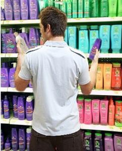 Homem comprando Shampoo