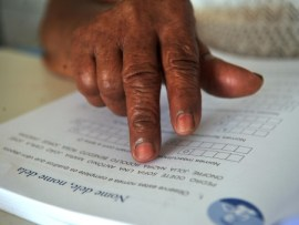 Fábio Rodrigues Pozzebom/AgBr De acordo com a pesquisa, o número de pessoas com mais de 15 anos que não conseguem sequer escrever um bilhete diminui apenas 1,1% em relação a 2009