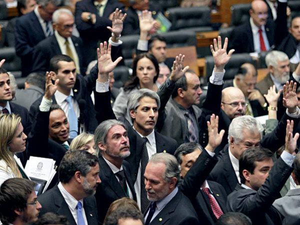 O relator do projeto, deputado Alessandro Molon (PT-RJ) ao centro, durante uma das tentativas de votação em 2012