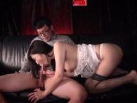熟女のピンサロ嬢がお店に内緒で客のちんこをおまんこに挿入し本番しながら激しく悶える熟女セックス動画