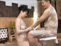 美熟女なソープ嬢が熟練の技で客の男を昇天させていく熟年女性動画