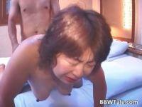 素人の高齢者の夫婦がラブホで個人撮影をして使い込んだおまんこに中出しする熟女おばさんのセックス動画