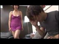 アダルトグッツの訪問販売で体を張って商品を説明する豊満な五十路熟女のおばさん動画