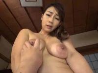 巨乳な美人の母が息子と近親相姦セックスで喘ぐ主観のおばさん動画
