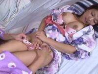 巨乳な美人妻が夫の寝ているすぐ側で義母とレズプレイしていくおばさんの動画