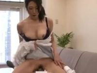 息子とAV鑑賞しながら性欲を抑えきれず息子に跨り近親相姦セックスしちゃうおばさんの盗撮動画