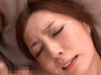 美人妻の綺麗な顔に精子をぶっかけ
